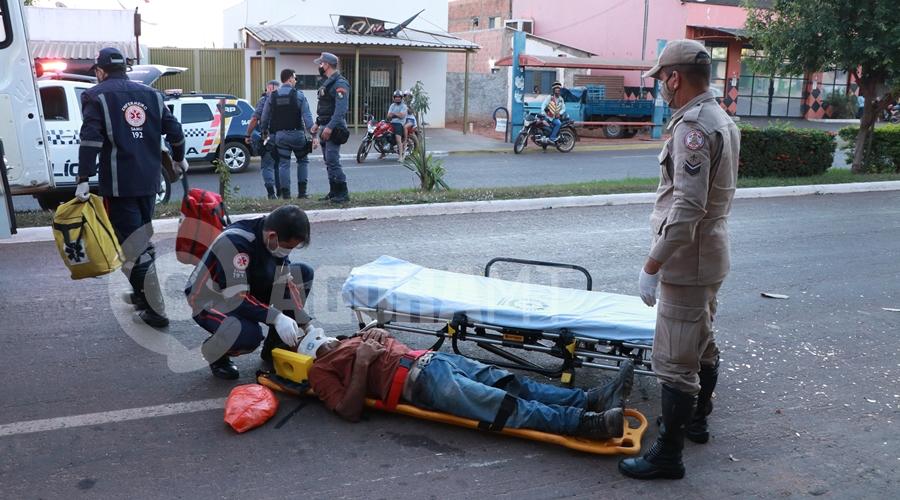 Imagem: Medico do Samu avaliando o ferido Vítima reage em tentativa de roubo e ladrão fica ferido e desmaiado