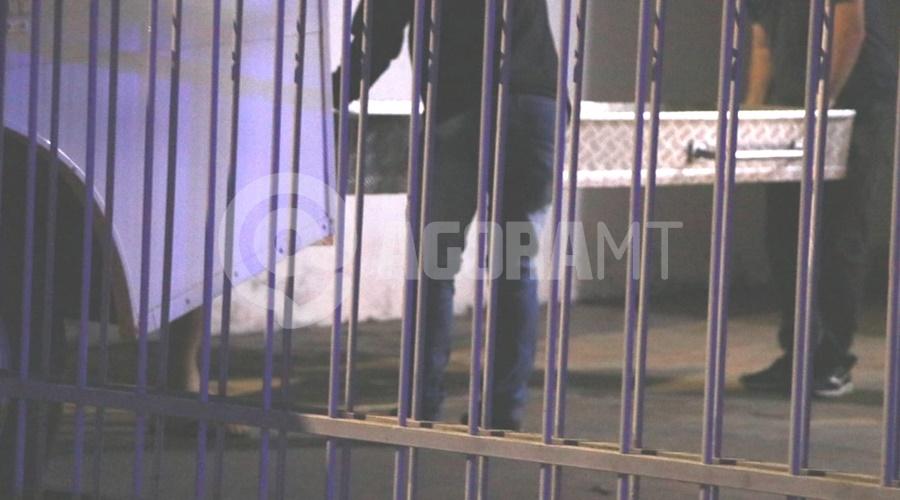Imagem: Momento em que o corpo foi retirado de dentro da casa Idoso é encontrado morto dentro de casa com ferimento na cabeça e nu