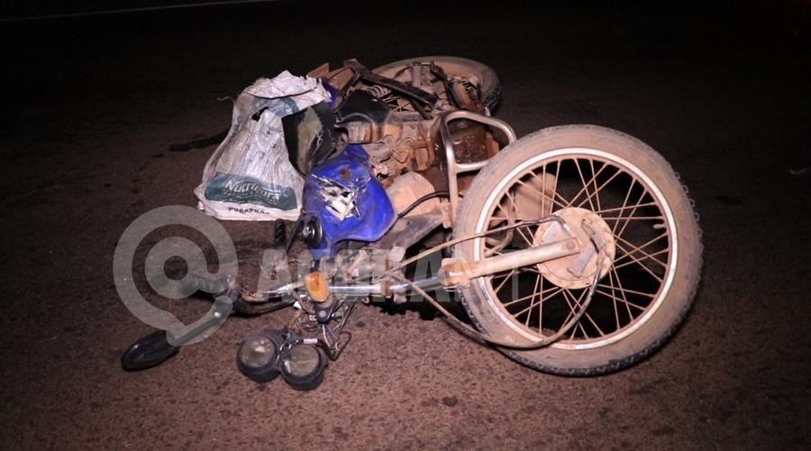 Imagem: Moto bastante destruida Moto parte ao meio em acidente no Anel Viário e duas pessoas ficam gravemente feridas