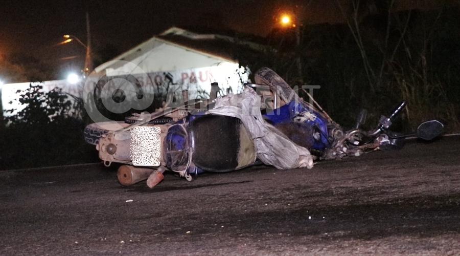 Imagem: Moto da vitima que foi socorrida em estado gravissimo Moto parte ao meio em acidente no Anel Viário e duas pessoas ficam gravemente feridas