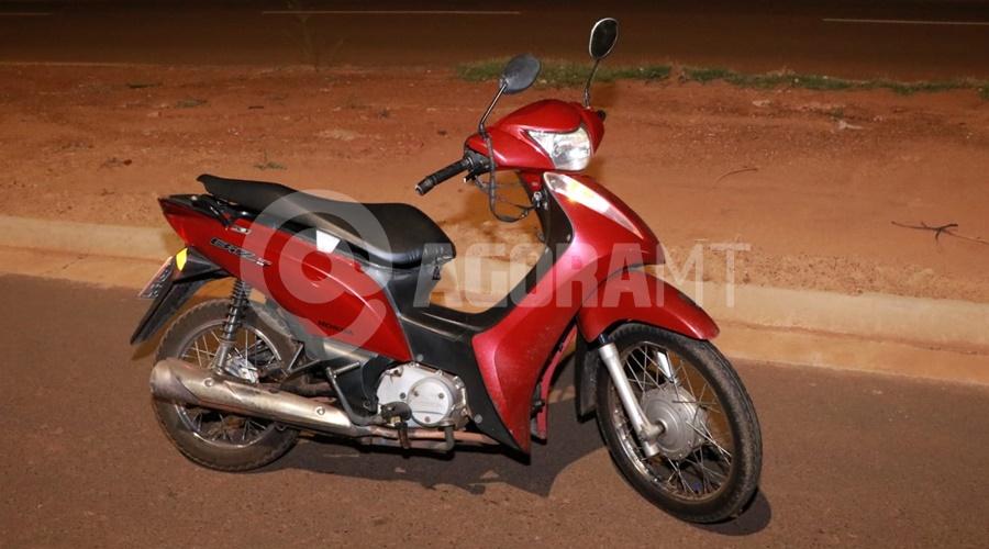 Imagem: Moto utilizada pela vitima Mulher perde o controle da moto e fica ferida após bandidos tentarem roubar a sua bolsa