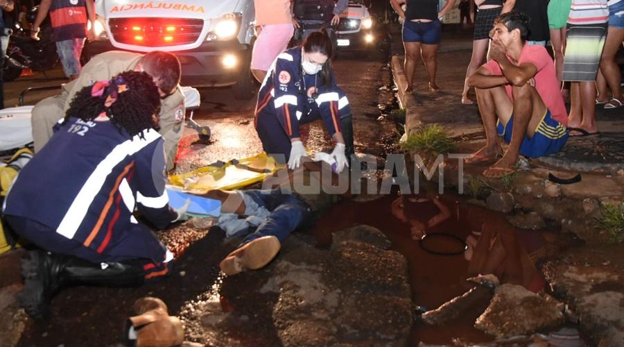 Imagem: Motociclista caiu dentro de um buraco apos o acidente Motociclistas sofrem fraturas e uma das vítima cai em buraco após acidente