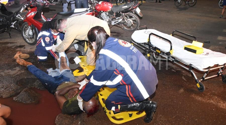 Imagem: Motociclista da Biz teve fratura exposta na perna e corte profundo na cabeca Motociclistas sofrem fraturas e uma das vítima cai em buraco após acidente