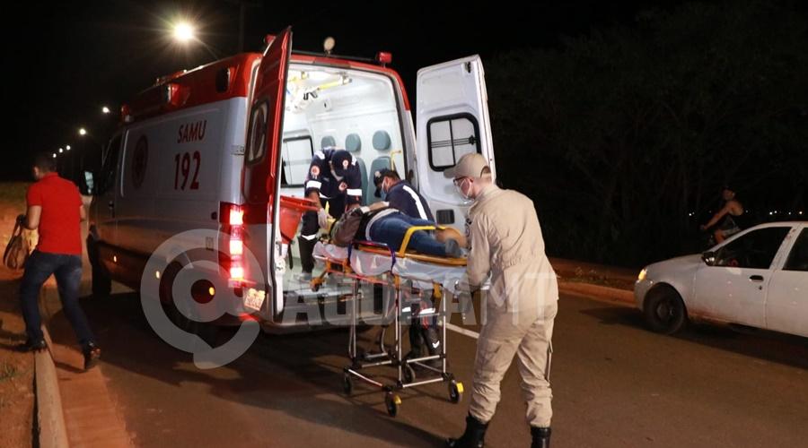 Imagem: Motociclista ferida sendo socorrida Mulher perde o controle da moto e fica ferida após bandidos tentarem roubar a sua bolsa