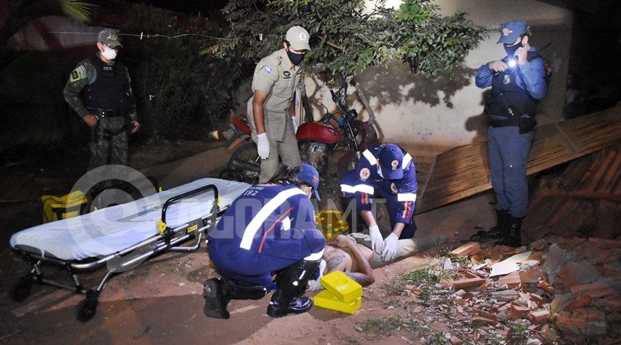 Imagem: Motociclista ferido apos colidir em portao de residencia Após ingerir bebida alcoólica, motociclista perde o controle e invade residência