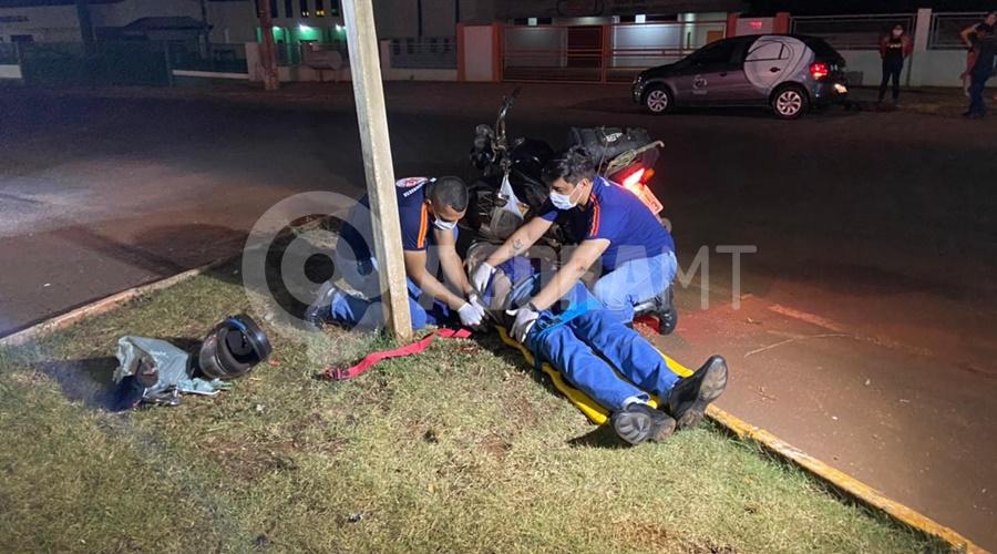 Imagem: Motociclista ferido recebendo atendimento Caminhonete causa acidente, foge do local e deixa motociclista ferido