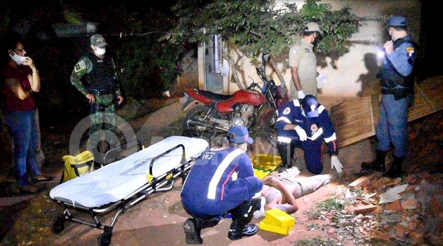 Imagem: Motoqueiro ferido apos derrubar portao no Conjunto Sao Jose I Após ingerir bebida alcoólica, motociclista perde o controle e invade residência