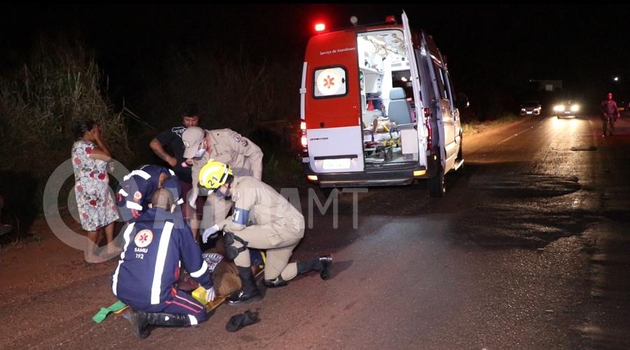 Imagem: Motorista do altomovel sendo socorrido Moto sem iluminação causa acidente e carro capota no Anel Viário