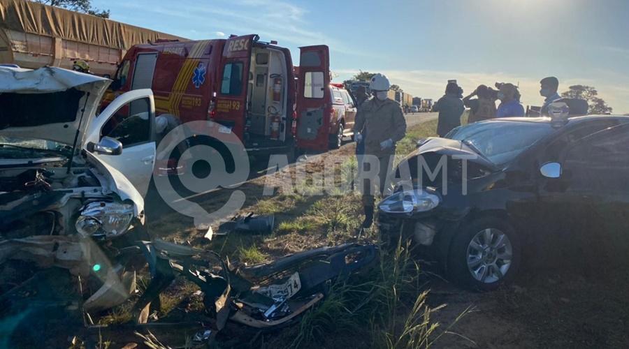 Imagem: Os doi veiculos ficaram destruidos Cinco pessoas ficam feridas em acidente envolvendo dois veículos