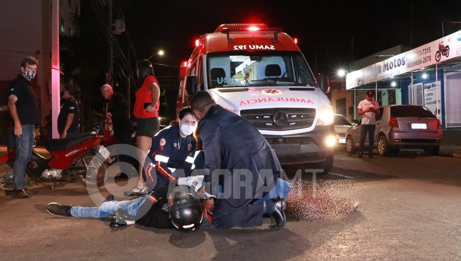 Imagem: Os dois motociclistas no chao apos o acidente Motociclista entra na Avenida Goiânia e bate em entregador que estava na preferencial
