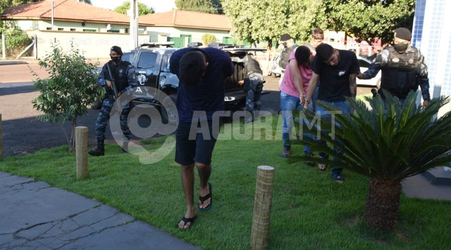 Imagem: Os individuos estavam todos em uma residencia PM prende quatro indivíduos e tira droga e drone de circulação