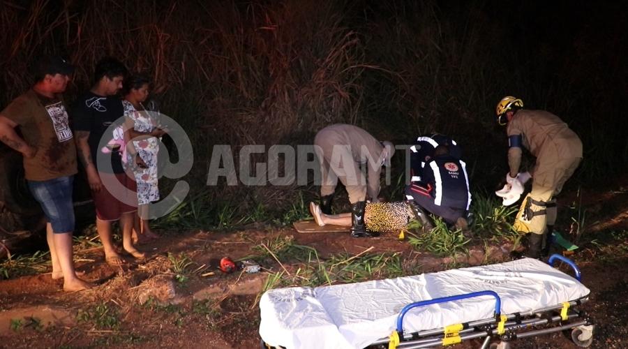 Imagem: Passageira do veiculo Corsa sendom socorrida Moto sem iluminação causa acidente e carro capota no Anel Viário