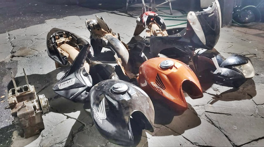 Imagem: Pecas de moto apreendidas na acao policial Polícia fecha oficina de desmanche de motos e dupla é presa