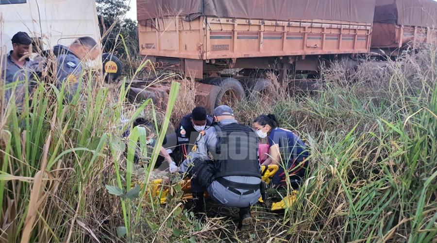 Imagem: Policial prestando apoio no atendimento da vitima Caminhão fica sem freio e motorista perde o controle na MT - 358
