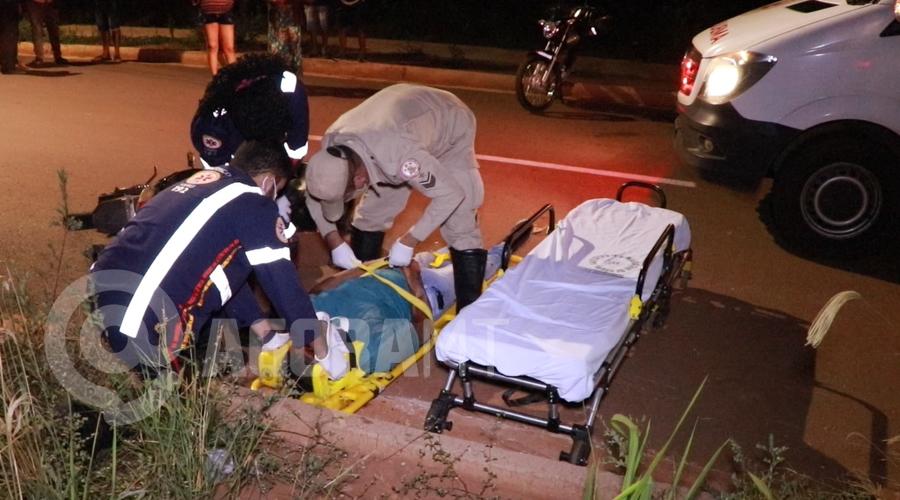 Imagem: Profissionais do Samu prestando atendimento a vitima Motociclista perde o controle, bate em meio fio e fica desacordado
