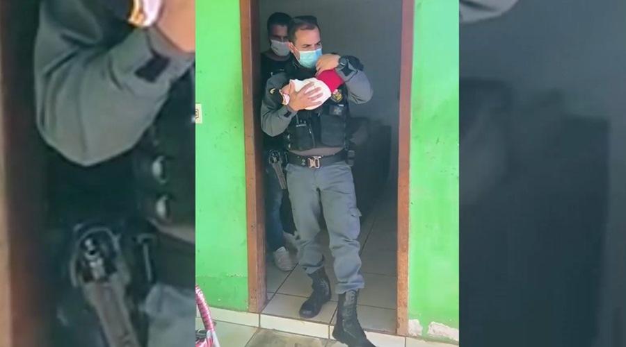 Imagem: Recem nascido resgatado 2 Recém-nascido é resgatado pela PM após ser 'penhorado' em boca de fumo