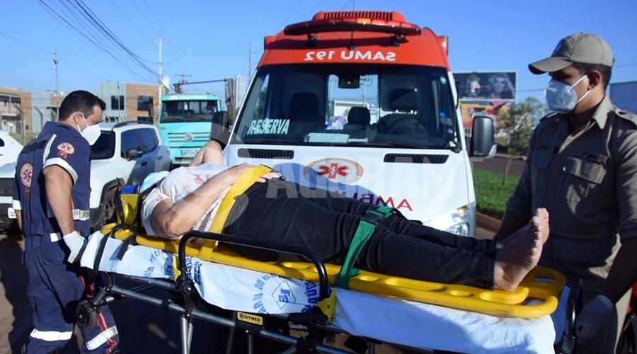 Imagem: Samu socorrendo vitima de atropelamento Idosa é atropelada e arrastada por carro na Avenida Júlio Campos