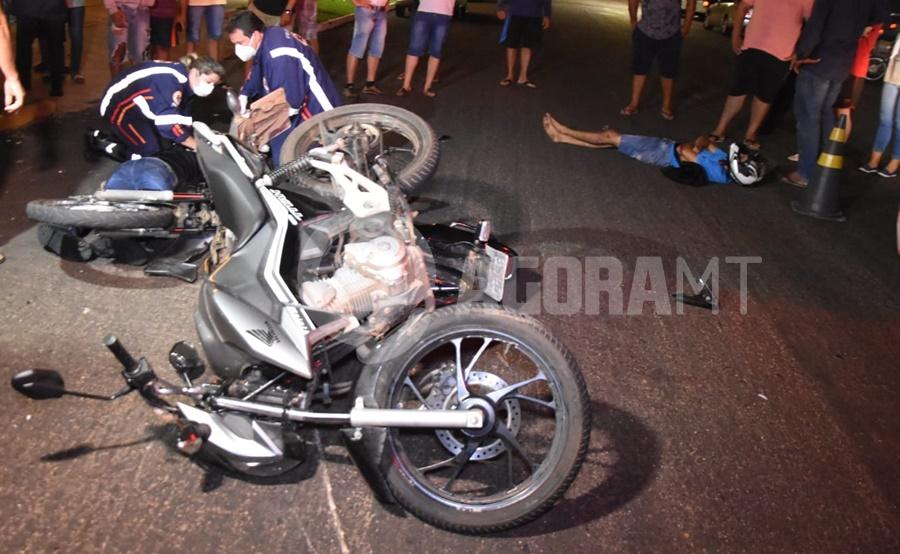 Imagem: Socorristas do Samu realizando os primeiros atendimentos Motociclista fica gravemente ferido em acidente no Centro