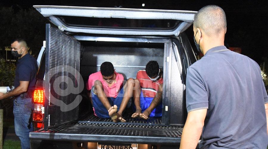 Imagem: Suspeitos presos por investigadores da Derf Polícia fecha oficina de desmanche de motos e dupla é presa