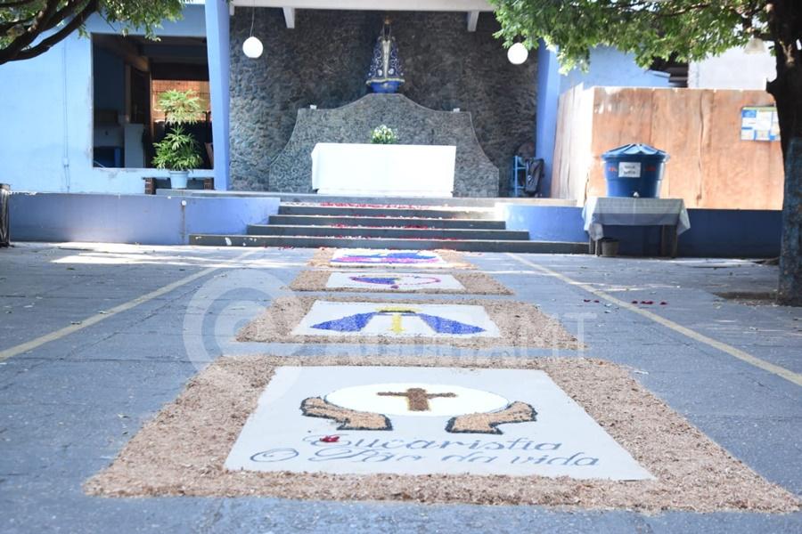 Imagem: Tapete decorados na Igreja Nossa Senhora Aparecida Corpus Christi | Confira as celebrações das paróquias de Rondonópolis