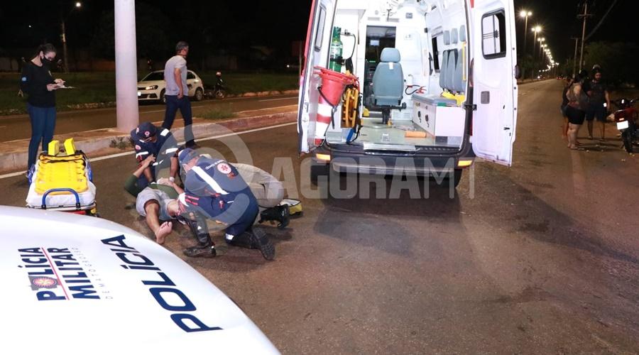 Imagem: Viatura da PM e do Samu no local do acidente Delivery invade a preferencial e fica ferido com fratura exposta
