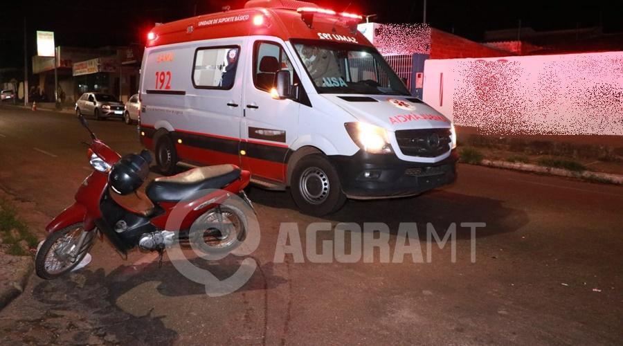 Imagem: Viatura do Samu no local do acidente Motociclista entra na Avenida Goiânia e bate em entregador que estava na preferencial