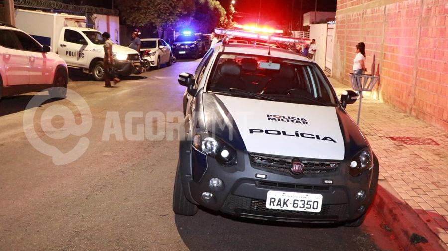 Imagem: Viaturas da Policia Civil Policia Militar e Politec Idoso é encontrado morto dentro de casa com ferimento na cabeça e nu
