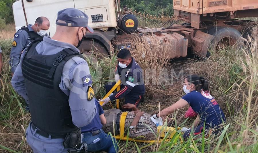 Imagem: Vitima ferida sendo atendida Caminhão fica sem freio e motorista perde o controle na MT - 358