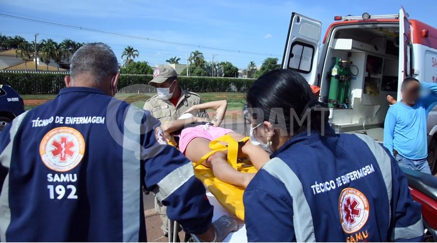 Imagem: Vitima sendo socorrida pelo samu no anel Viario Duas pessoas ficam feridas em acidente entre motos no Anel Viário