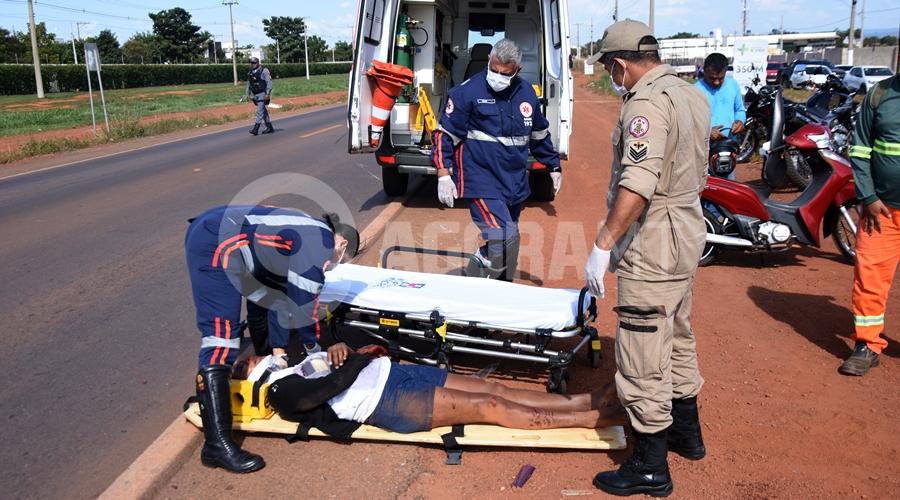 Imagem: Vitima sendo socorrida pelo samu Duas pessoas ficam feridas em acidente entre motos no Anel Viário