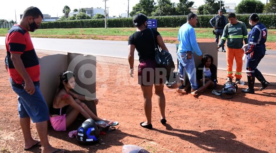 Imagem: Vitimas sendo atendidas pelo samu Duas pessoas ficam feridas em acidente entre motos no Anel Viário
