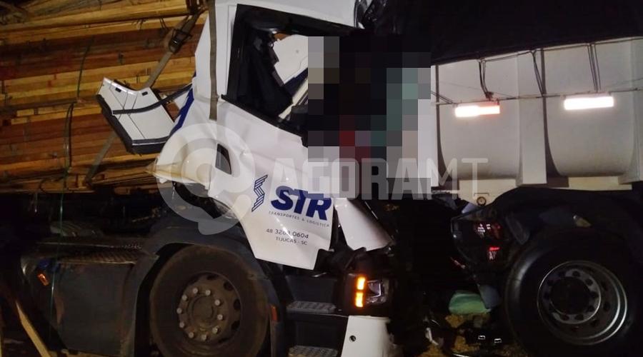 Imagem: acidente 1 Motorista é esmagado após bater em traseira de caminhão