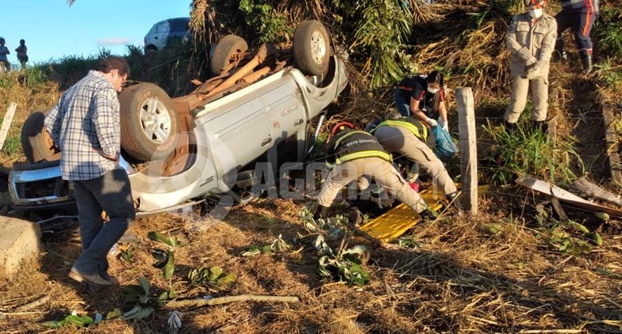 Imagem: acidente Tangara Pai morre preso às ferragens e mulher e filho são socorridos