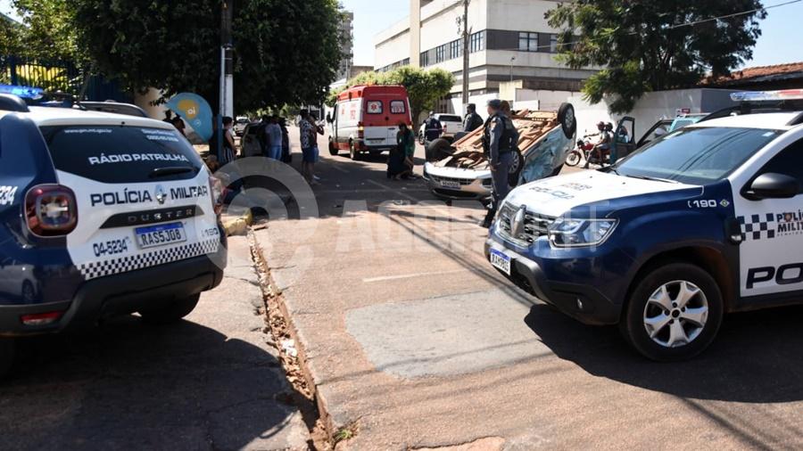 Imagem: acidente centro roooo Motorista invade preferencial e provoca capotamento