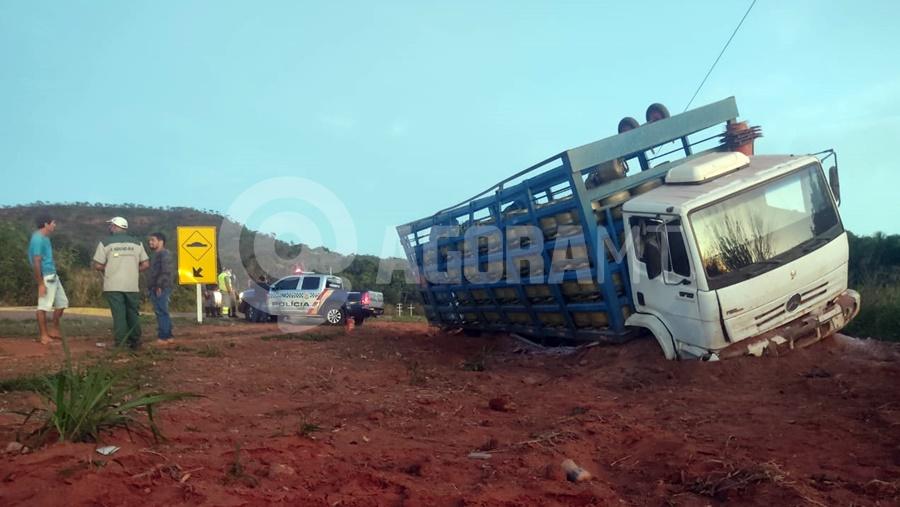 Imagem: acidente mt130 caminhao 1 Para salvar a própria vida, motorista joga caminhão para fora da pista