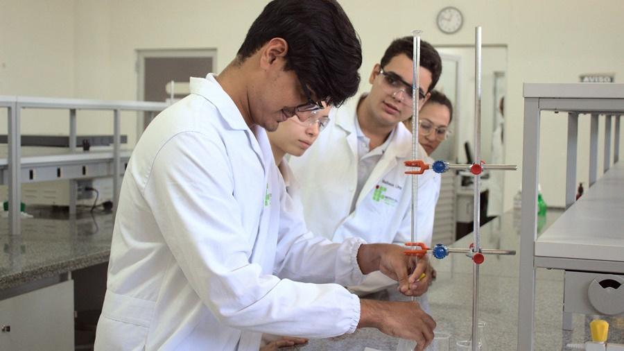 Imagem: alunos quimica ifmt rondonopolis IFMT Rondonópolis abre 35 vagas para curso técnico subsequente em Química