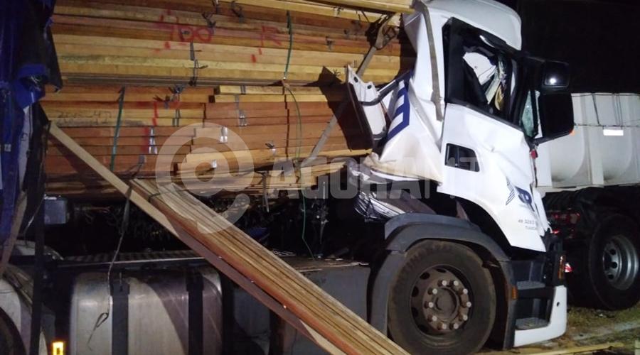 Imagem: caminhao Motorista é esmagado após bater em traseira de caminhão