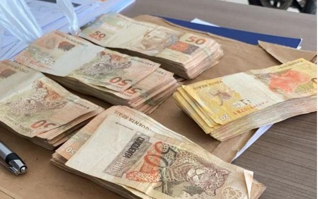 Imagem: dinheiro novo cangaco Suspeitos de assalto estavam com fuzil e R$ 20 mil em dinheiro