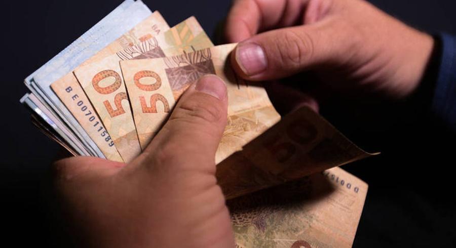 Imagem: dinheiro pagamento. juros Números de Devedores em Mato Grosso cai quase 6%