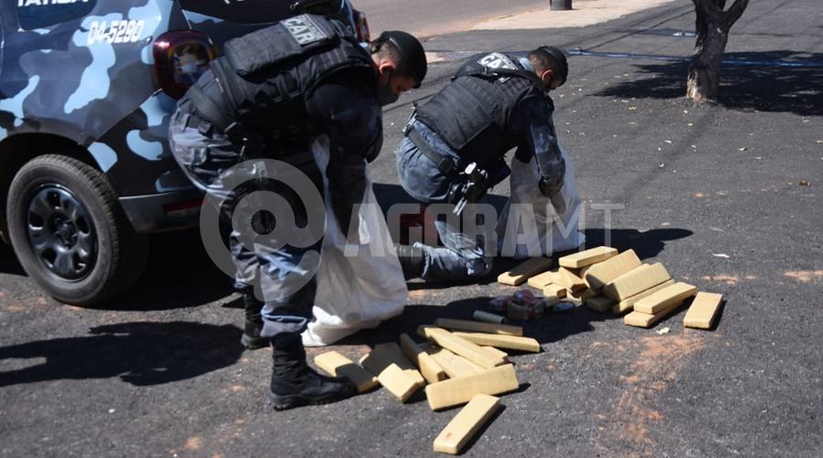 Imagem: droga apreendida 2 CAR apreende 42 tabletes após flagrar suspeito entregando drogas