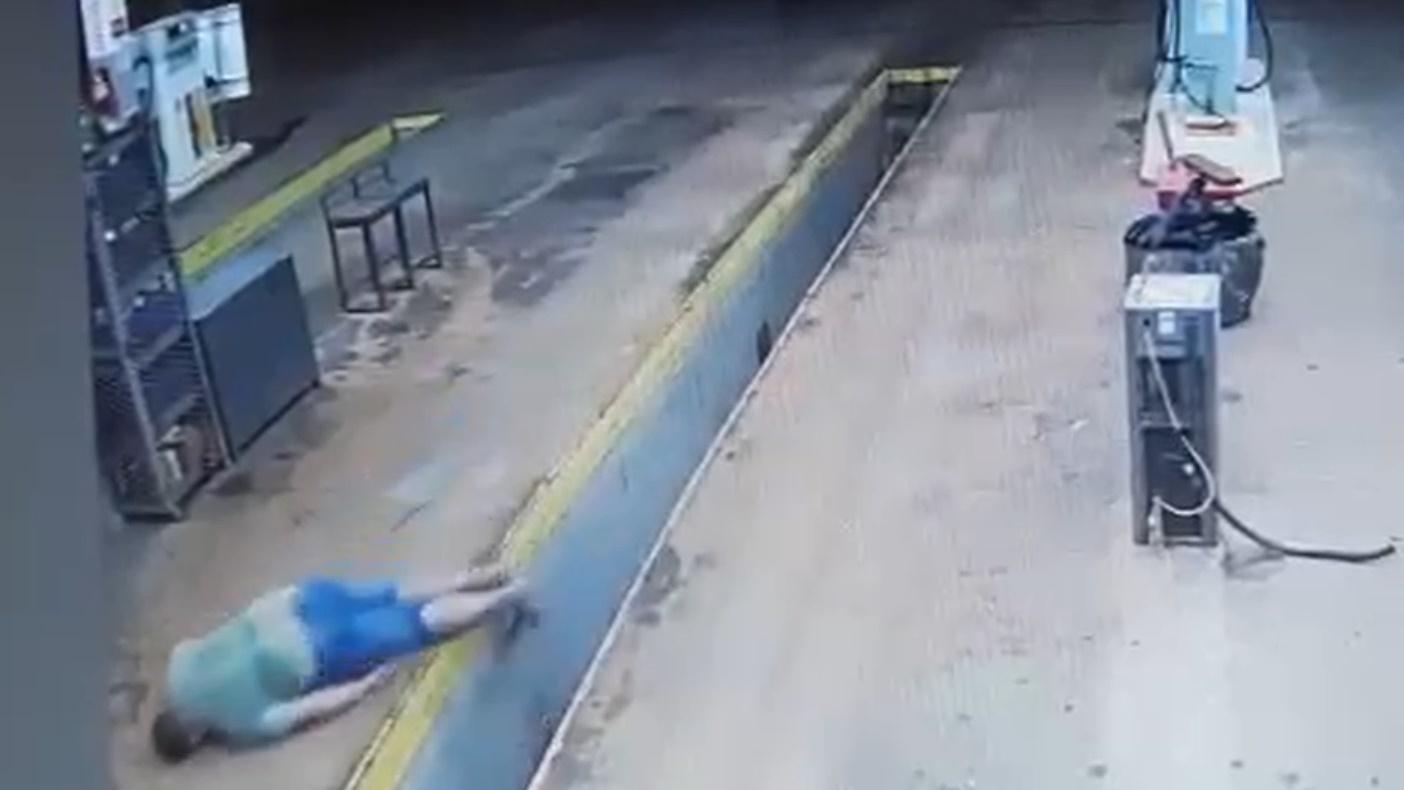 Imagem: imagem motociclista caido pva Motociclista invade posto de combustível e cai em valeta; veja o vídeo