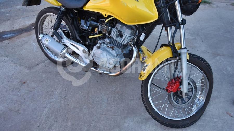 Imagem: moto acidente Motociclista fica ferido após bater em carro no Jardim Santa Marta