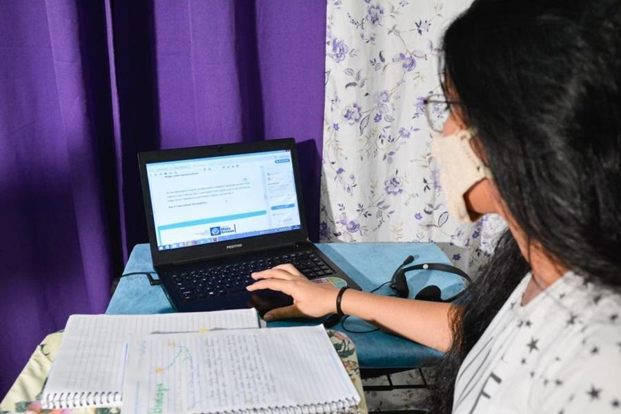 Imagem: professor da rede estadual Governo deposita auxílio para custeio de internet para professores da rede estadual