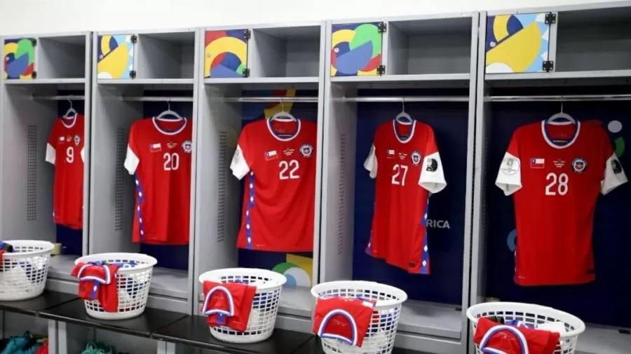 Imagem: vestiario do Chile Chile cobre marca da Nike em jogo contra Bolívia na Arena Pantanal