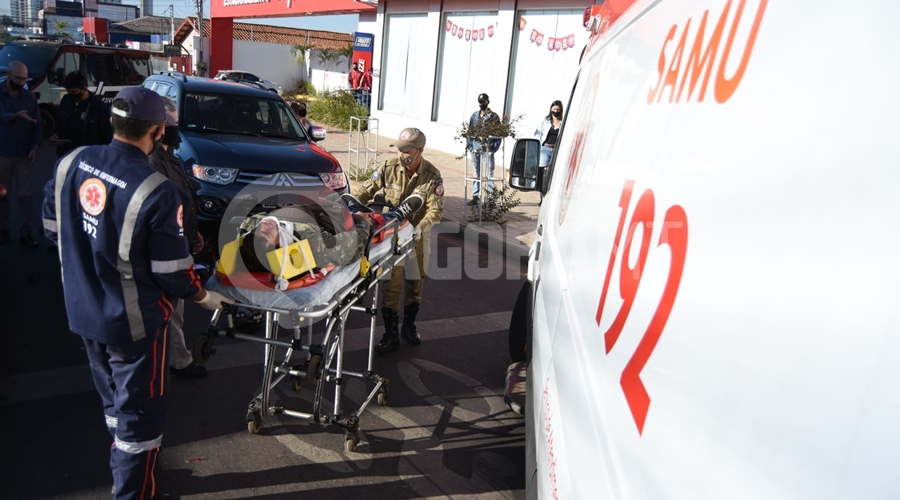 Imagem: 36dd71b3 5233 4730 9dac f42300befc65 Motociclista fica ferido depois de bater em traseira de carro parado em semáforo