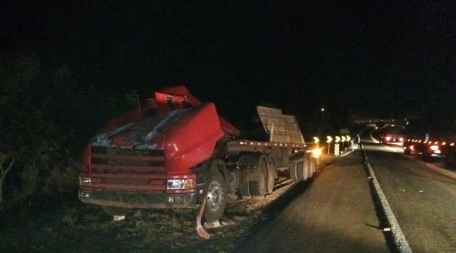 Imagem: 3d6ad3e2 4bc0 4cfd 980e aab4ab94aeb9 Carreta tomba e cai em cima de motorista na MT-130