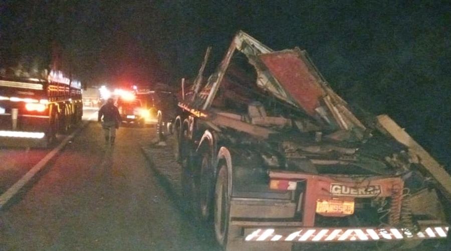 Imagem: 5209389b 7f42 4f17 b53a b1d7151102c6 Carreta tomba e cai em cima de motorista na MT-130