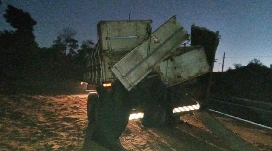 Imagem: 635533cb b3fd 4f89 b7f2 5377eda1504f Carreta tomba e cai em cima de motorista na MT-130