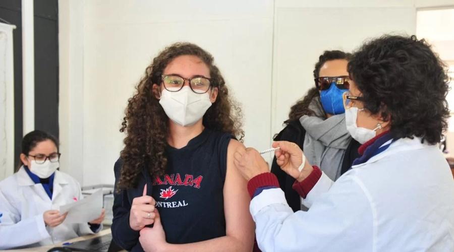 Imagem: Adolescentes tomando vacina Estados, DF e municípios podem decidir vacinação de menores acima de 12 anos