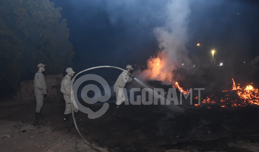 Imagem: Bombeiros contendo as chamas Corpo de Bombeiros é acionado para conter incêndio de grandes proporções
